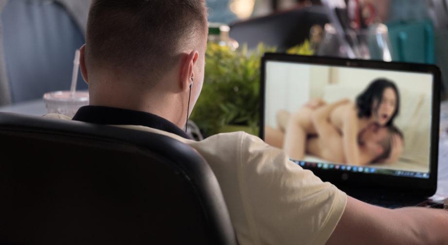 La performance imposée par le porno est-elle constructive ou destructrice